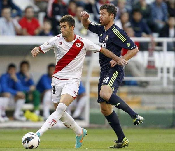 Léo Baptistão se lleva el balón ante Xabi Alonso.